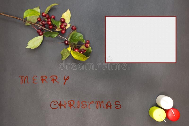 Tarjeta de felicitación con la decoración y el texto festivos - Feliz Navidad fotografía de archivo libre de regalías