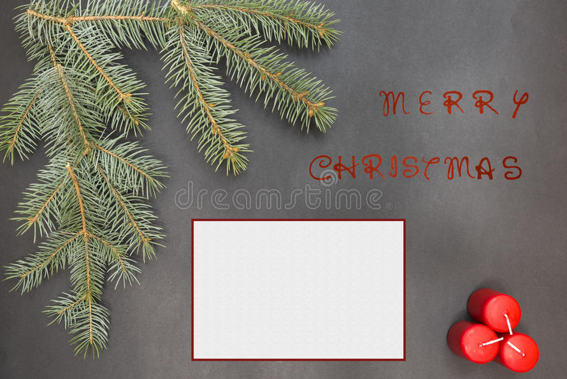 Tarjeta de felicitación con la decoración y el texto festivos - Feliz Navidad foto de archivo libre de regalías