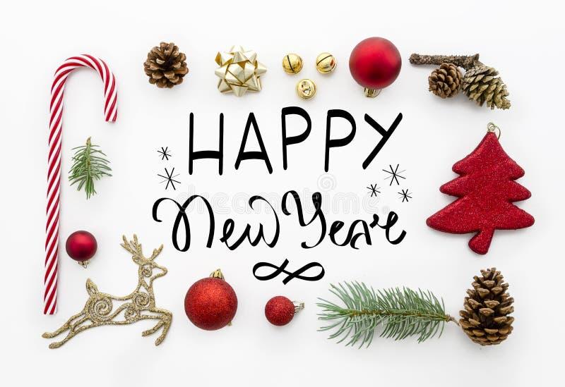 Tarjeta de felicitación con la escena diseñada puesta plana de la Feliz Año Nuevo de las letras de la mano - marco de la visión s foto de archivo
