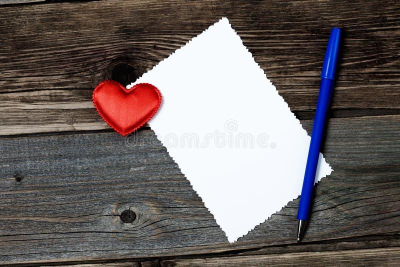 Tarjeta de felicitación con la pluma del nad del corazón imagenes de archivo
