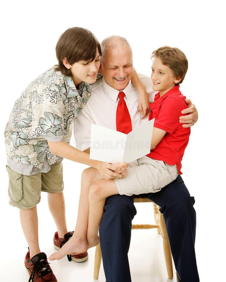 Tarjeta de felicitación de la lectura al papá fotografía de archivo