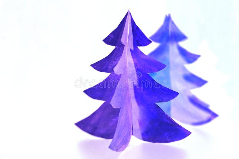 Tarjeta de felicitación del árbol de navidad hecha del papel para su diseño Cortar diseño árbol de navidad púrpura aislado, arte  imágenes de archivo libres de regalías