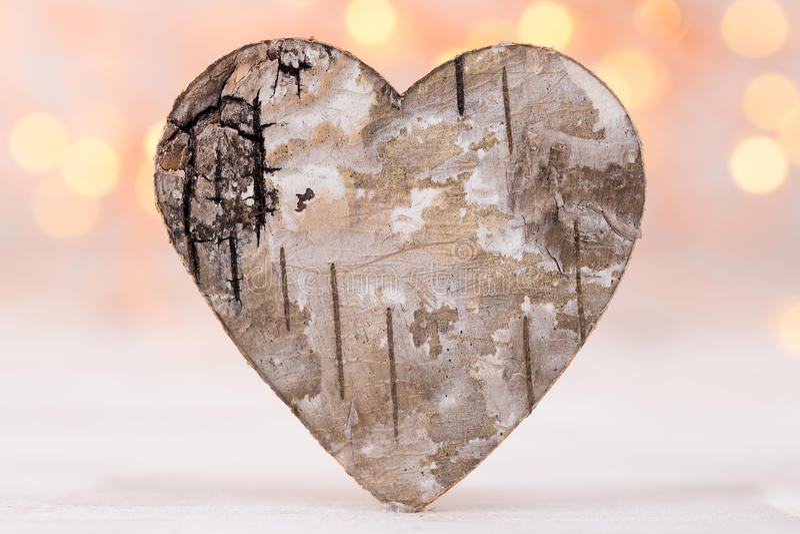 Tarjeta de felicitación del día de tarjetas del día de San Valentín Corazón de madera en el fondo ligero fotografía de archivo libre de regalías