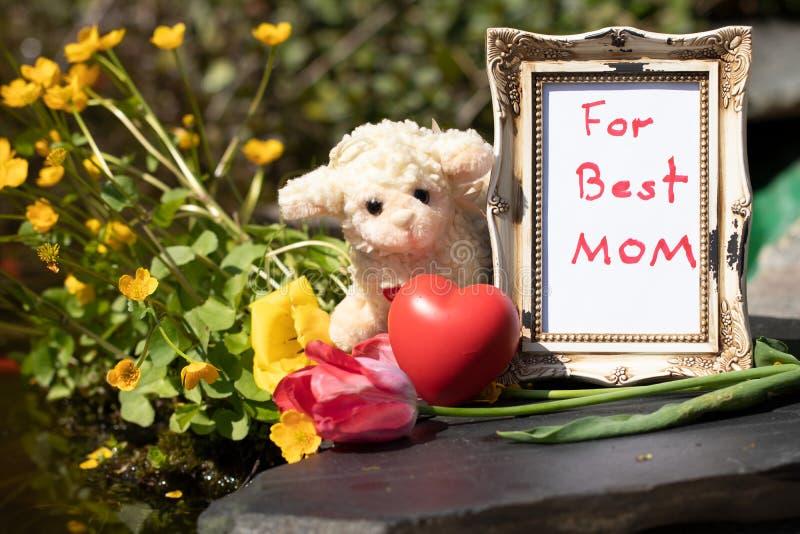 tarjeta de felicitación del día de madres Corazón rojo, una pequeña oveja linda y a imagen de archivo