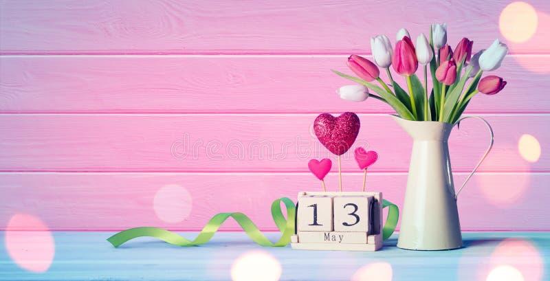 Tarjeta de felicitación del día de madres - tulipanes y calendario imagenes de archivo