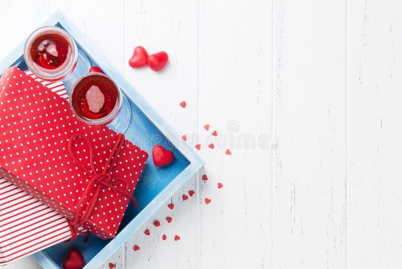 Tarjeta de felicitación del día de tarjeta del día de San Valentín con champán fotos de archivo