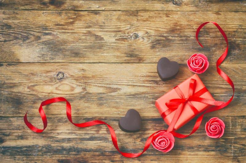 Tarjeta de felicitación del día de tarjetas del día de San Valentín, forma del corazón del chocolate con leche, regalo b fotos de archivo libres de regalías