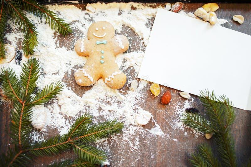 Tarjeta de felicitación en blanco con el hombre de pan de jengibre en la tabla imagenes de archivo