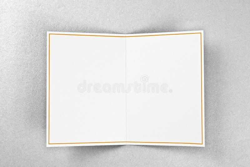 Tarjeta de felicitación en blanco con el marco del oro sobre el fondo de plata imagen de archivo libre de regalías