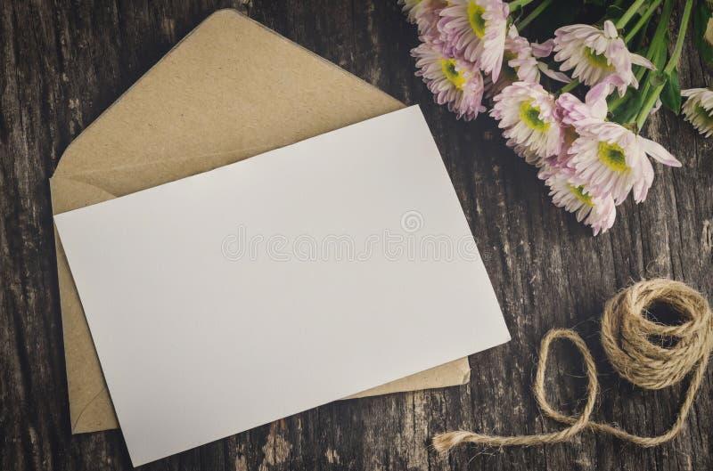 Tarjeta de felicitación en blanco con el sobre marrón imagen de archivo