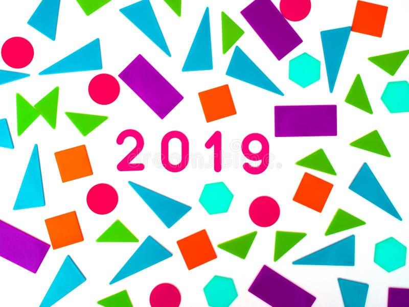 2019, tarjeta de felicitación Estilo brillante geométrico de Memphis por Feliz Año Nuevo o Feliz Navidad Fondo del día de fiesta, fotografía de archivo