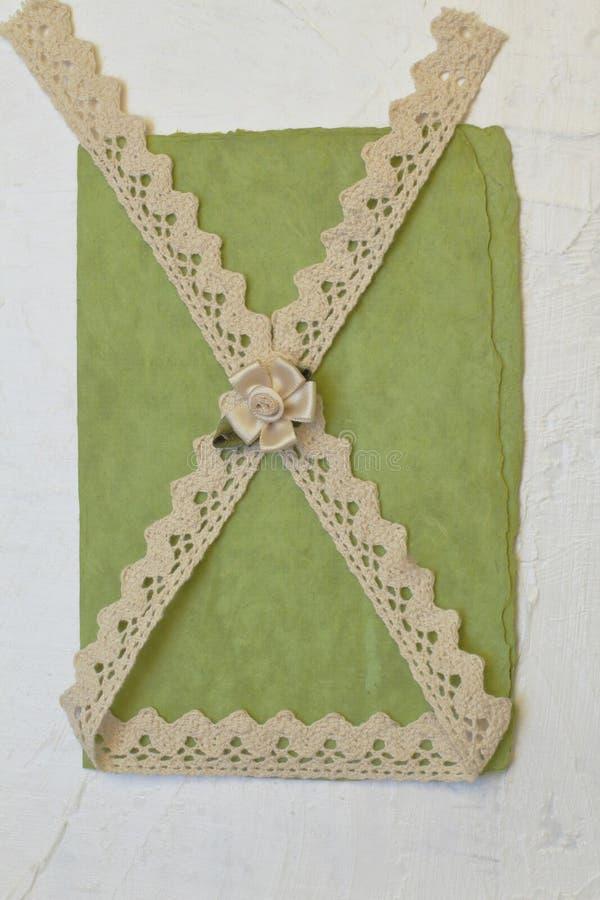 Tarjeta de felicitación exclusiva elegante para su mujer querida en estilo retro Cinta hermosa del cordón, flor decorativa en ver imagen de archivo libre de regalías