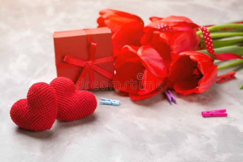 Tarjeta de felicitación feliz del día del ` s de la madre Tulipanes de la primavera roja y caja de regalo Copie el espacio Día fe imagen de archivo libre de regalías
