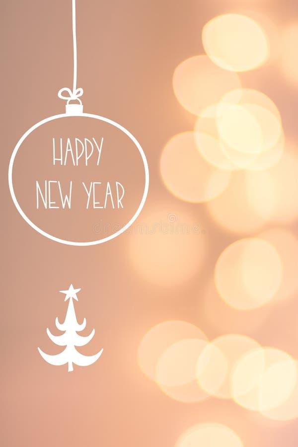 Tarjeta de felicitación de la Feliz Año Nuevo El bokeh de oro de la guirnalda enciende el fondo gris rosado en colores pastel Bol imagenes de archivo