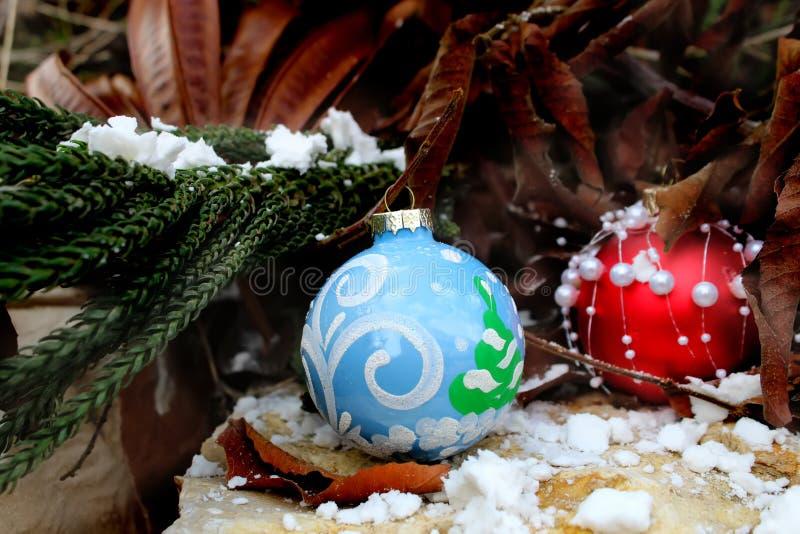 Tarjeta de felicitación de la Feliz Año Nuevo o de la Feliz Navidad Bolas de la Navidad fotos de archivo libres de regalías