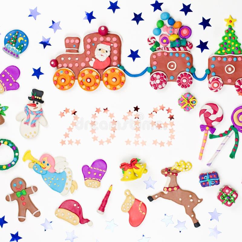 Tarjeta de felicitación de la Feliz Navidad con las decoraciones Papá Noel, tren de la Navidad con el árbol y dulces, muñeco de n stock de ilustración