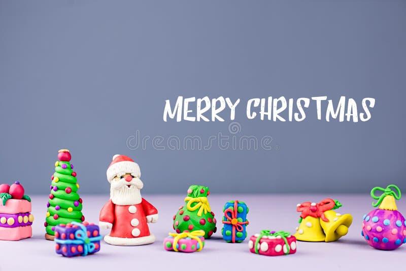Tarjeta de felicitación de la Feliz Navidad con las decoraciones Santa Claus, el árbol de navidad y los presentes se cierran para fotos de archivo libres de regalías