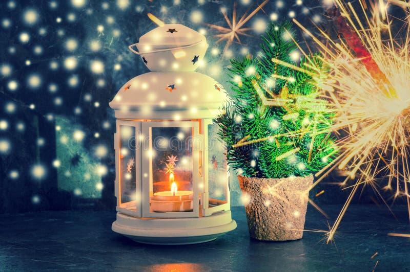 Tarjeta de felicitación de la Navidad con luz de una vela, la bengala de Bengala y el fi imagen de archivo libre de regalías