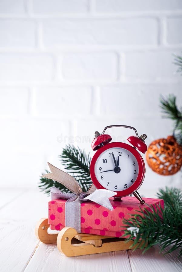 Tarjeta de felicitación de Navidad Fondo de la Navidad con el árbol de abeto de la nieve y el despertador Visión desde arriba con foto de archivo libre de regalías