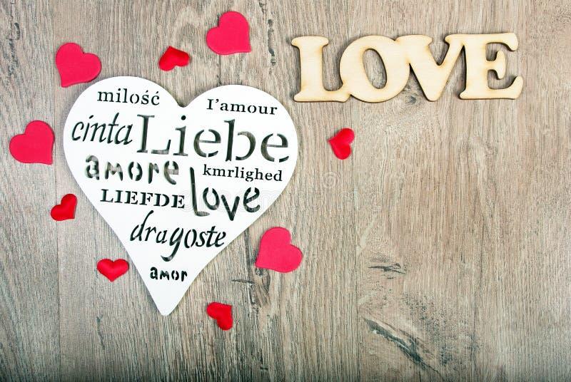 Tarjeta de felicitación para el día del `s de la tarjeta del día de San Valentín Corazones - un símbolo del amor Corazones en un  fotografía de archivo libre de regalías