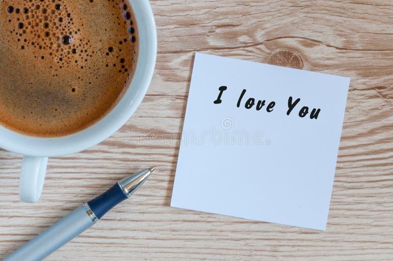 Tarjeta de felicitación preciosa - te amo - mensaje romántico cerca de la taza de café del mornin foto de archivo libre de regalías