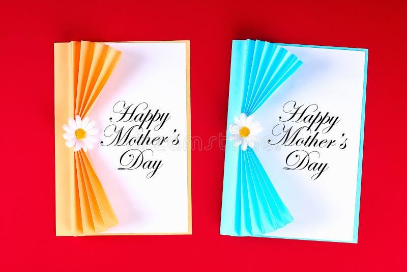 Tarjeta de felicitaci?n del d?a de madres de Diy bajo la forma de cortina con la flor de papel de la manzanilla en fondo rojo libre illustration