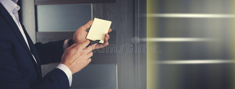 Tarjeta de la demostración del hombre de negocios con la pluma imagen de archivo