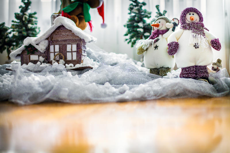 Tarjeta de la Feliz Navidad con los muñecos de nieve felices fotos de archivo