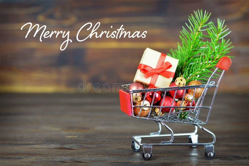 Tarjeta de la Feliz Navidad con los regalos y las decoraciones de la Navidad en sho imágenes de archivo libres de regalías