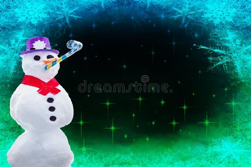 Tarjeta de la Feliz Navidad o de la Feliz Año Nuevo un muñeco de nieve que va de fiesta divertido aislado en un fondo congelado c fotos de archivo libres de regalías