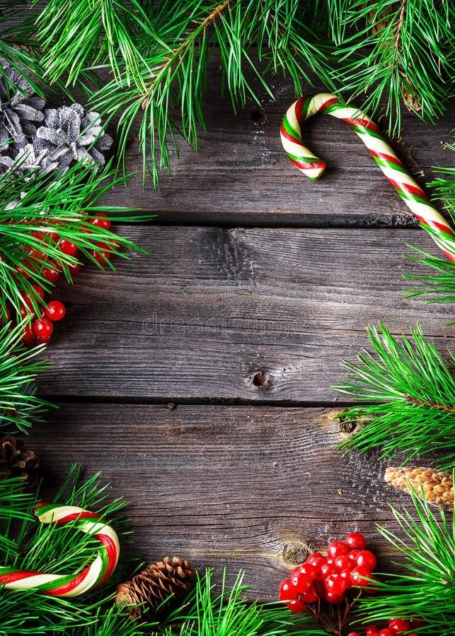 Tarjeta de la guirnalda de Navidad con el copyspace en fondo de madera imagen de archivo libre de regalías