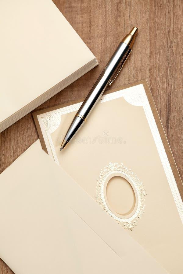 Tarjeta de la invitación con la pluma imagen de archivo