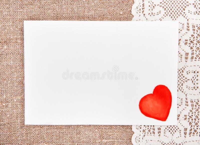 Tarjeta de la tarjeta del día de San Valentín con el dibujo del corazón rojo en cordón imagen de archivo