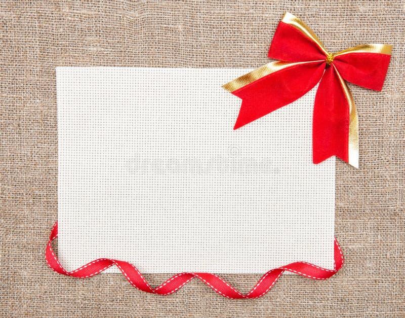 Tarjeta de la tarjeta del día de San Valentín con la cinta y el arco imágenes de archivo libres de regalías