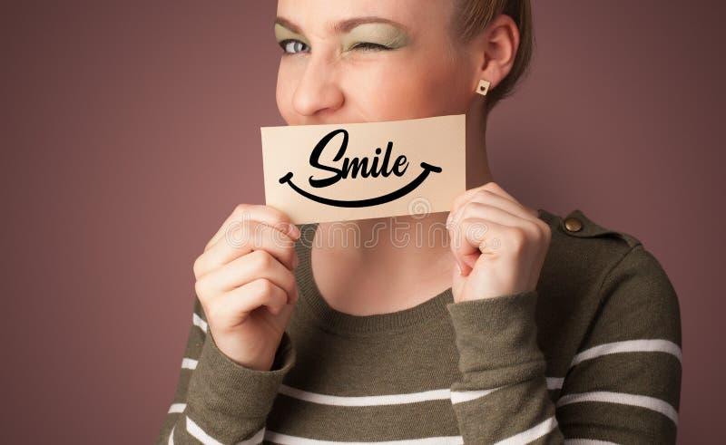 Tarjeta de la tenencia de la persona con sonrisa fotografía de archivo