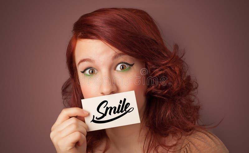 Tarjeta de la tenencia de la persona con sonrisa fotografía de archivo libre de regalías