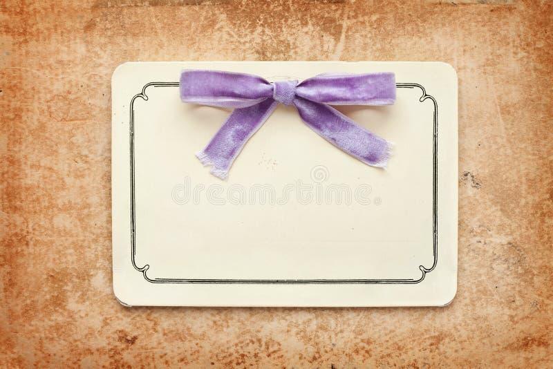 Tarjeta de la vendimia con el arqueamiento de la lila foto de archivo libre de regalías