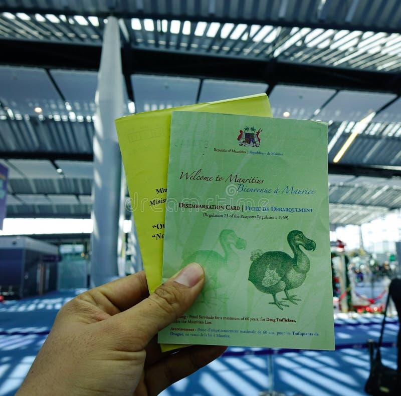 Tarjeta de llegada en la mano imagen de archivo