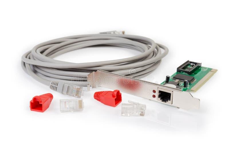 Tarjeta de los conectores del par trenzado y de las tapas protectoras, del cable y de red fotografía de archivo