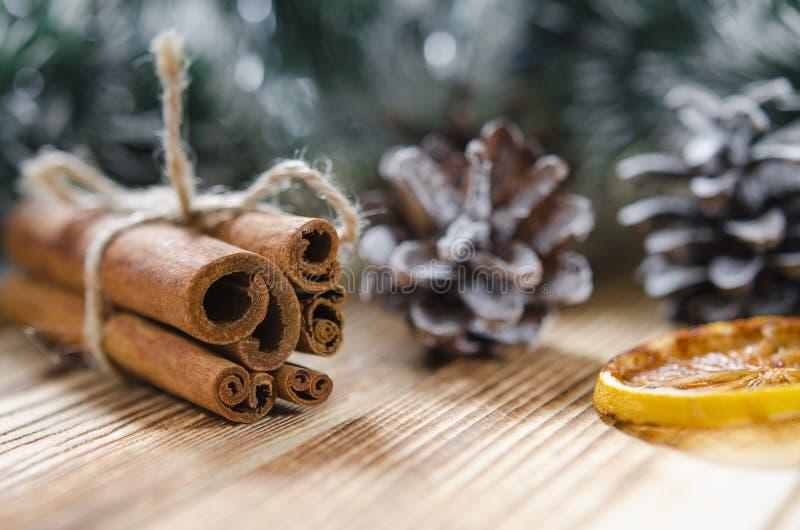 Tarjeta de Navidad: Canela y rebanadas de naranja para la Navidad imágenes de archivo libres de regalías