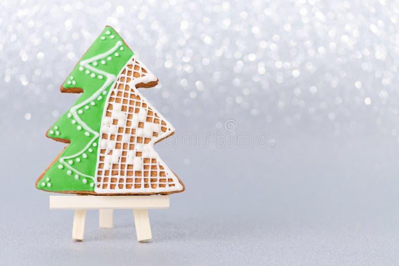 Tarjeta de Navidad con el árbol del pan de jengibre y el espacio hechos a mano de la copia foto de archivo libre de regalías