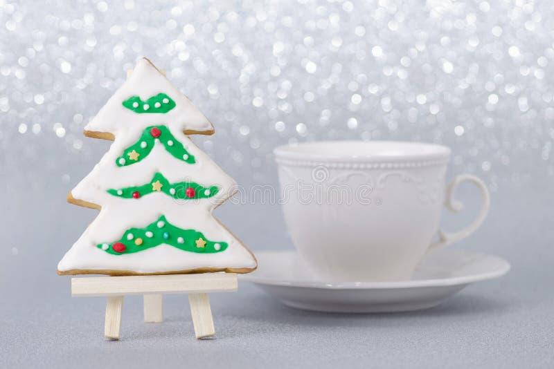 Tarjeta de Navidad con el árbol hecho a mano del pan de jengibre y una taza de café fotos de archivo