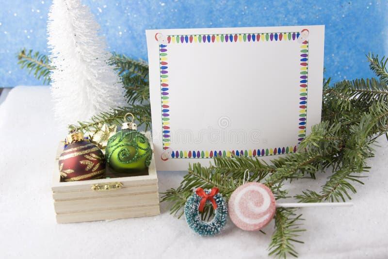 Tarjeta de Navidad con el pecho del ornamento fotografía de archivo