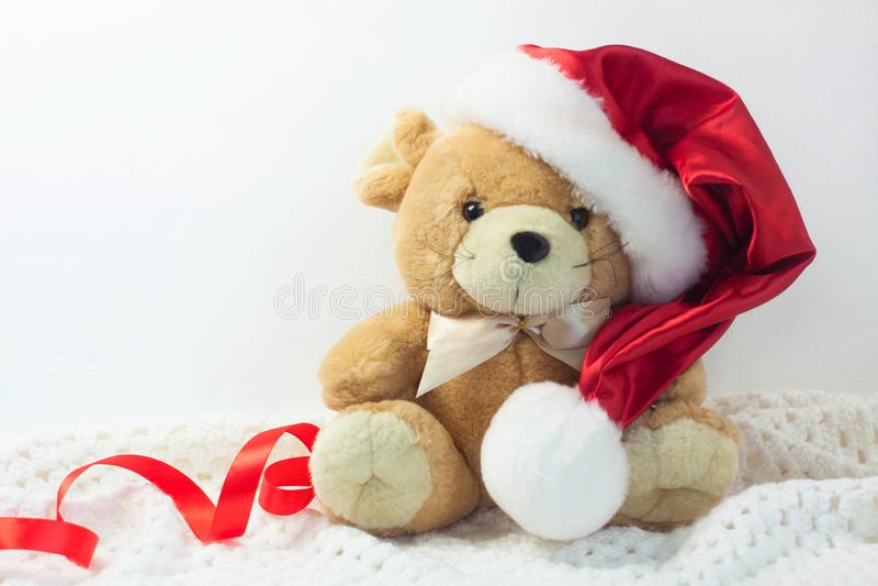 Tarjeta de Navidad con el símbolo del año 2020 una rata en un sombrero rojo de Papá Noel en un fondo blanco fotos de archivo