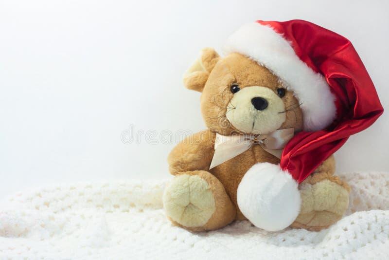 Tarjeta de Navidad con el símbolo del año 2020 una rata en un sombrero rojo de Papá Noel en un fondo blanco imagenes de archivo