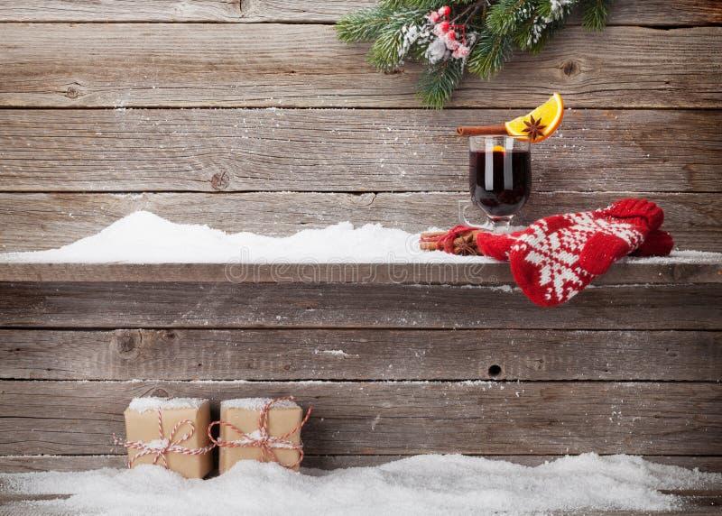 Tarjeta de Navidad con el vino y los regalos reflexionados sobre fotografía de archivo