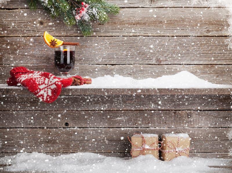Tarjeta de Navidad con el vino y los regalos reflexionados sobre imagenes de archivo