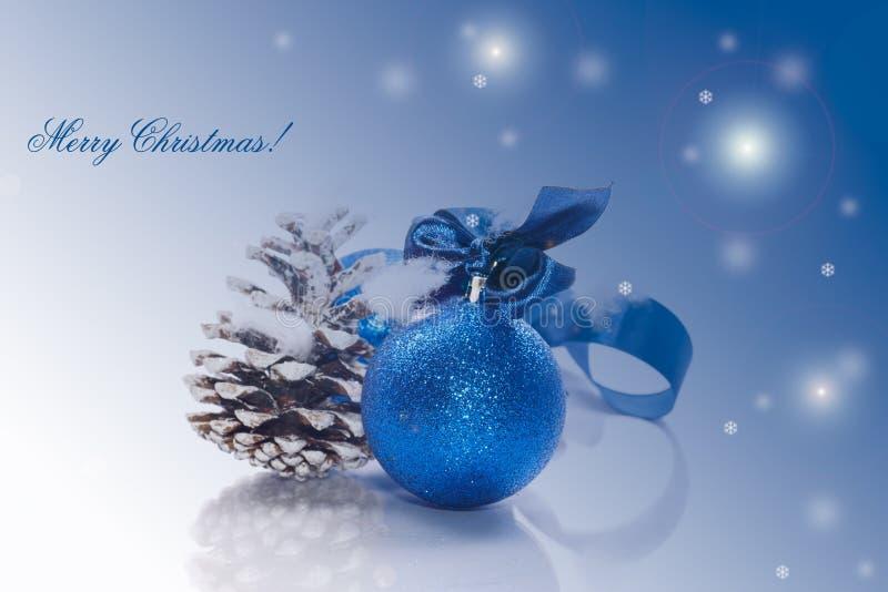 Tarjeta de Navidad con la bola azul imágenes de archivo libres de regalías