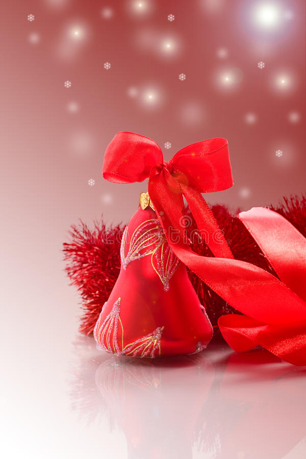 Tarjeta de Navidad con la campana roja imagen de archivo