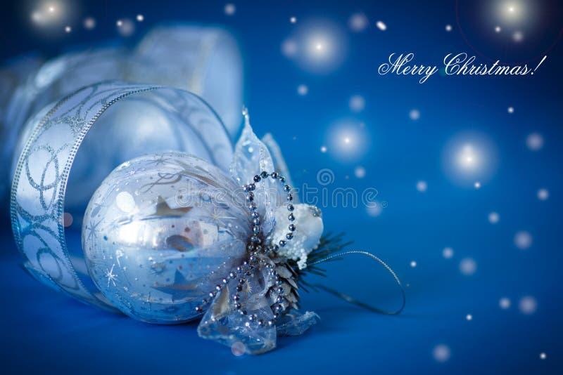 Tarjeta de Navidad con las bolas y la cinta de plata fotos de archivo